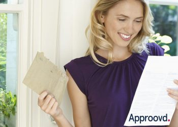Eine Geschäftsfrau erhält ihre Einladung zu einer ordentlichen Generalversammlung die mit Approovd erstellt worden ist